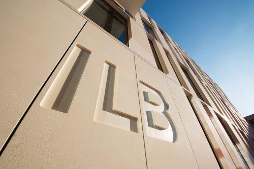 Detailaufnahme des eingelassenen ILB-Logos in der Fassade des ILB Gebäudes